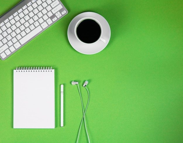 Conceito conferência online desktop trabalho em casa e aprendizagem conceito blogging educação online