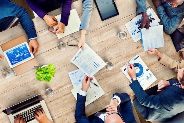 Conceito corporativo dos dados dos colegas da reunião do escritório ocupado