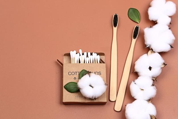 Conceito cosmético de banheiro pastel natural. acessórios para banho e cuidados com o corpo com flores de algodão. foco seletivo muito suave