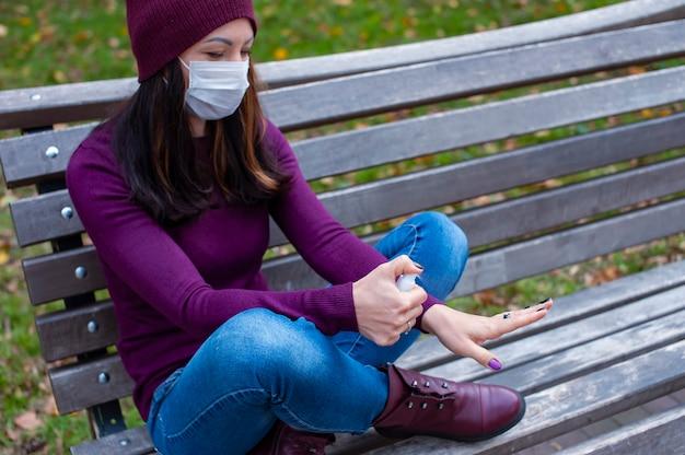 Conceito covid-19. mulher lavando as mãos com álcool gel desinfetante. proteção e prevenção contra coronavírus.