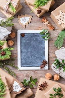Conceito criativo de desperdício zero de natal. caixas de presente com papel de embrulho artesanal ecológico e embalagem em tecido furoshiki tradicional estilo japonês. copiar espaço plano, plano de fundo, vista de cima