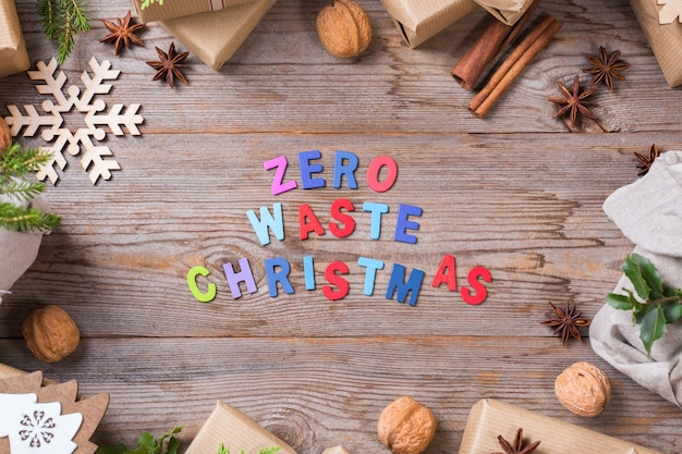 Conceito criativo de desperdício zero de natal. caixas de presente com papel de embrulho artesanal ecológico e embalagem em tecido furoshiki tradicional estilo japonês. vista superior de madeira de fundo plano