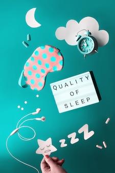 Conceito criativo de sono saudável, texto qualidade do sono. remédios calmantes - pílulas, cápsulas e chá na hora de dormir. diário do sono, postura plana