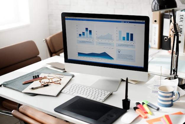 Conceito da análise de contabilidade da mesa de trabalho do espaço de trabalho