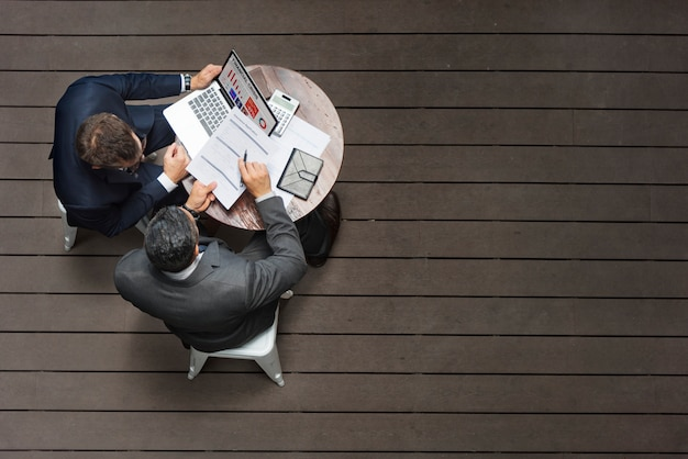 Conceito da aplicação do seguro da reunião do café de dois homens de negócios