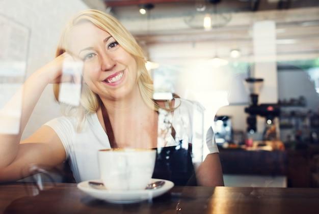 Conceito da cafetaria do barman da mulher