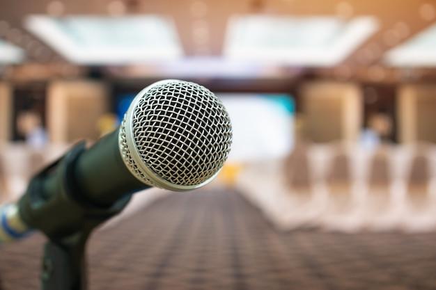 Conceito da conferência do seminário: microfones para discurso ou falando na sala do seminário