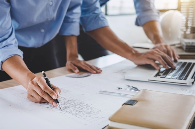 Conceito da construção da reunião do coordenador ou do arquiteto para a engenharia de trabalho do projeto