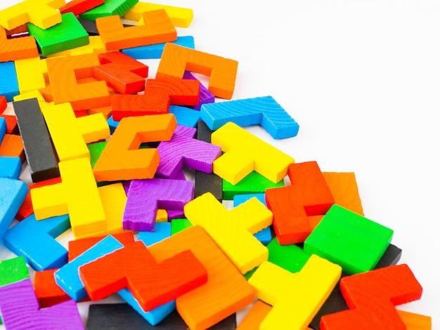 Conceito da educação o enigma colorido do tangram de madeira, enigma para a criança no fundo branco.