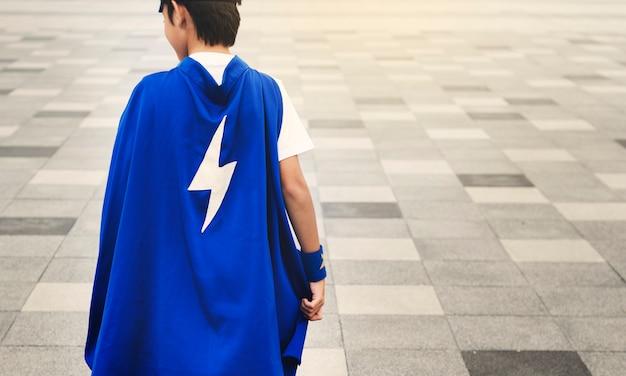 Conceito da energia de custume do miúdo do menino do super-herói