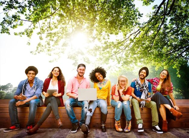 Conceito da equipe da amizade dos amigos dos adolescentes da diversidade
