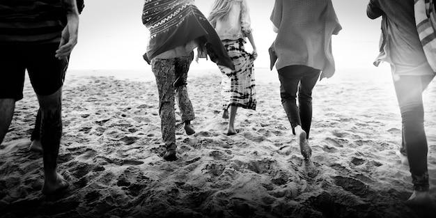 Conceito da felicidade da praia do verão do abrandamento da ligação da amizade