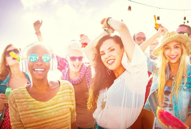 Conceito da felicidade do partido da praia dos amigos dos adolescentes