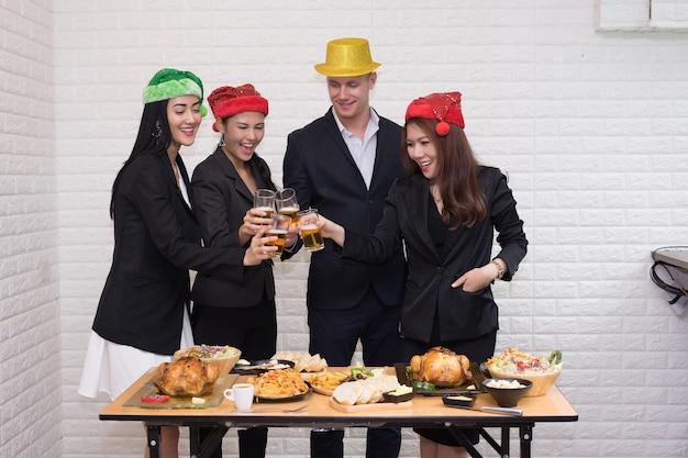 Conceito da festa de natal da celebração da equipe do negócio no escritório