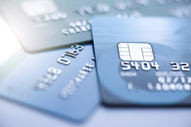 Conceito da finança, microchip do foco seletivo no cartão de crédito ou no cartão de crédito.