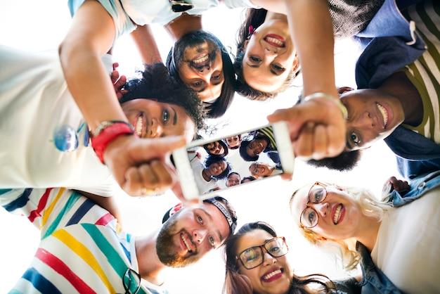 Conceito da foto de fala dos trabalhos de equipa das estudantes universitário
