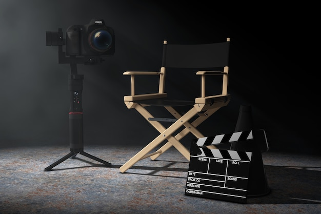 Conceito da indústria do cinema. dslr ou sistema de tripé de estabilização de cardan de câmera de vídeo perto da cadeira do diretor, movie clapper e megafone na luz volumétrica em um fundo preto. renderização 3d