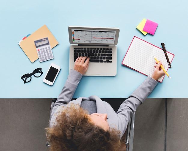 Conceito da mesa da programação do calendário do portátil do computador