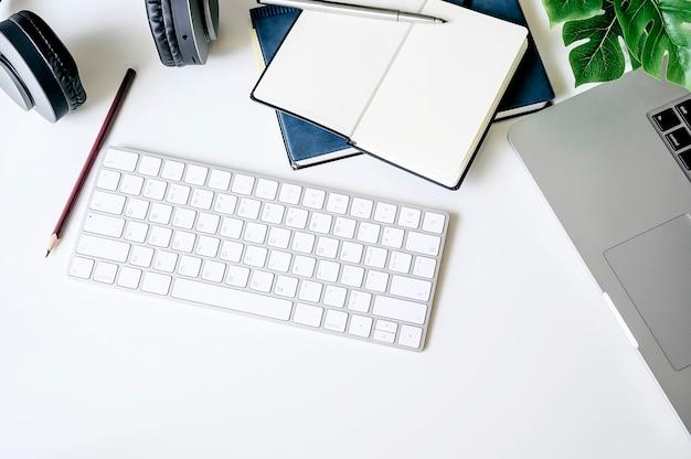 Conceito da mesa de escritório para negócios com portátil e fontes.