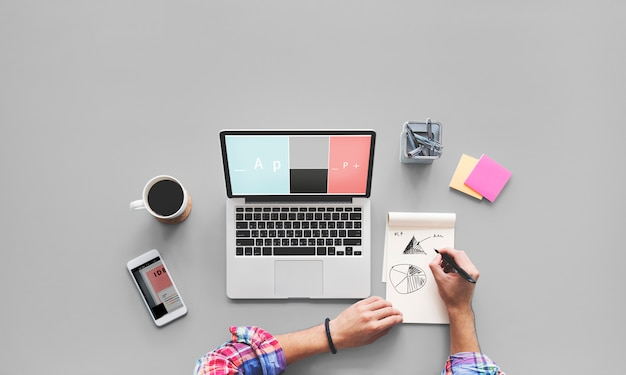 Conceito da mesa de trabalho do desenho do portátil do computador