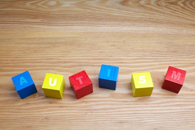 Conceito da palavra autismo em cubos de madeira coloridos