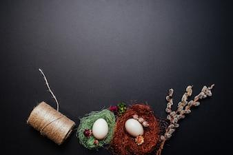 Conceito da Páscoa, ovos, ramos do salgueiro de bichano no fundo preto.