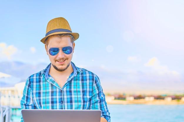 Conceito da praia de holiday working business travel do homem de negócios.