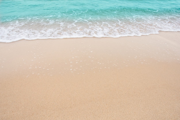 Conceito da praia do verão - onda suave do mar na parede vazia da praia com espaço da cópia