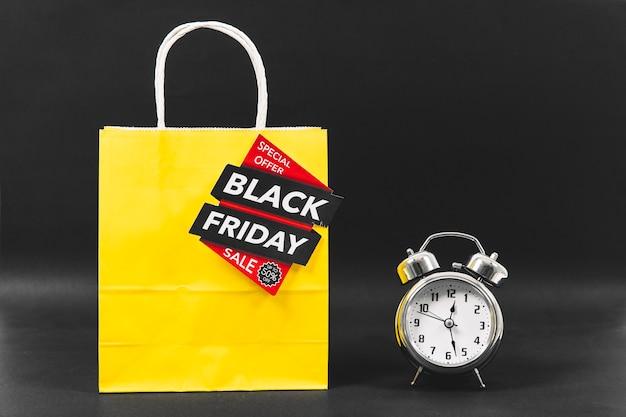 Conceito da sexta-feira negra com alarme ao lado do saco