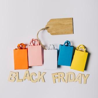 Conceito da sexta-feira negra com bolsas e etiquetas
