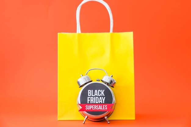 Conceito da sexta-feira negra com despertador na frente do saco
