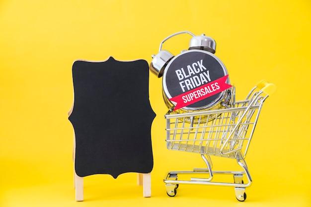 Conceito da sexta-feira negra com placa e carrinho