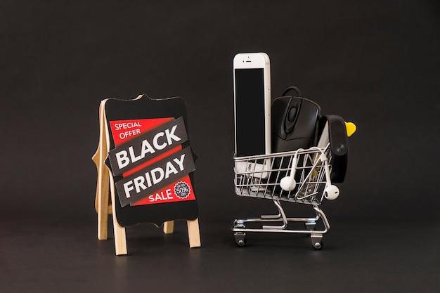 Conceito da sexta-feira negra com placa e smartphone