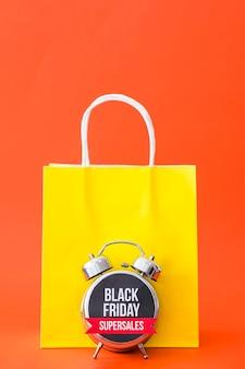 Conceito da sexta-feira negra com saco e alarme