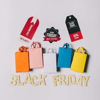 Conceito da sexta-feira negra com sacos e etiquetas Foto gratuita
