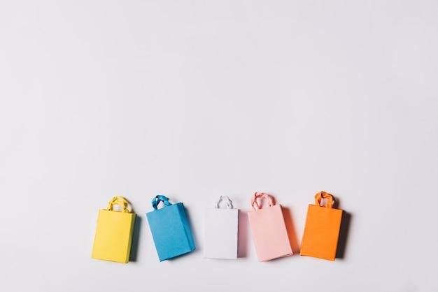 Conceito da sexta-feira negra com sacos em diferentes cores