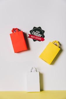 Conceito da sexta-feira negra com três sacos e etiqueta Foto gratuita