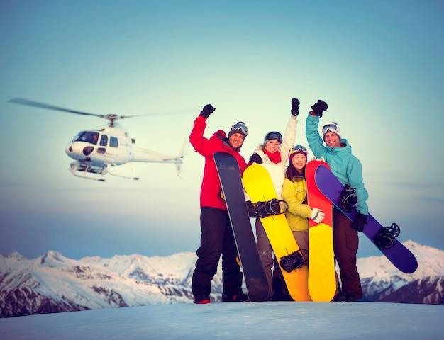 Conceito da snowboarding da amizade do esporte do sucesso dos snowboarders