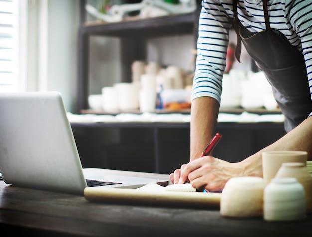 Conceito da tecnologia da conexão do portátil da consultação do artesão