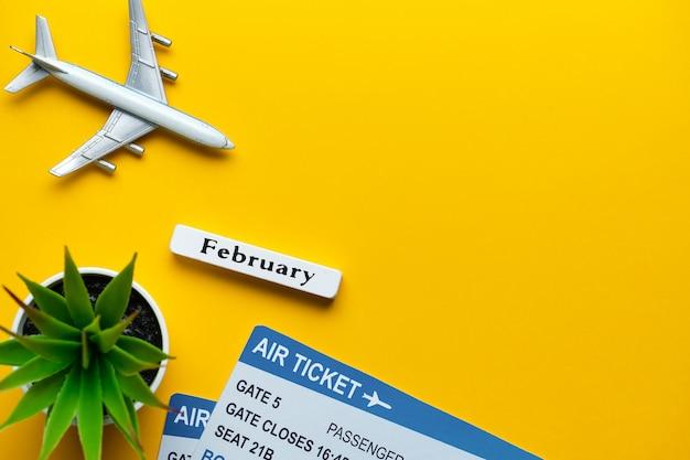 Conceito das férias de fevereiro - brinque o avião com os bilhetes na parede amarela. copie o espaço