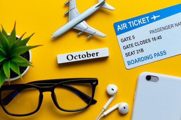 Conceito das férias de outubro - brinque o avião com os bilhetes na parede amarela.