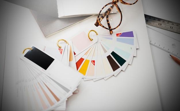 Conceito das ideias da faculdade criadora do estúdio do projeto da amostra de cores