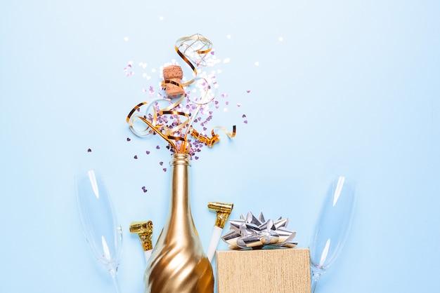 Conceito de abrir uma garrafa de champanhe dourada cara dedicada à celebração