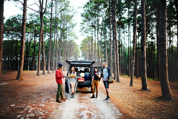 Conceito de acampamento de viagem do destino do lugar frequentado da amizade dos povos