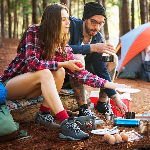 Conceito de acampamento de viagem do destino do lugar frequentado