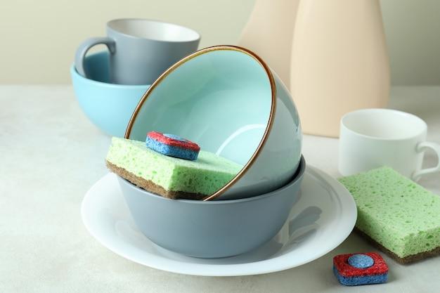 Conceito de acessórios para detergentes para a louça na mesa texturizada branca