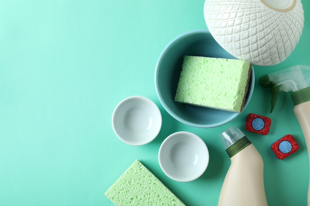 Conceito de acessórios para detergentes para a louça no fundo da casa da moeda