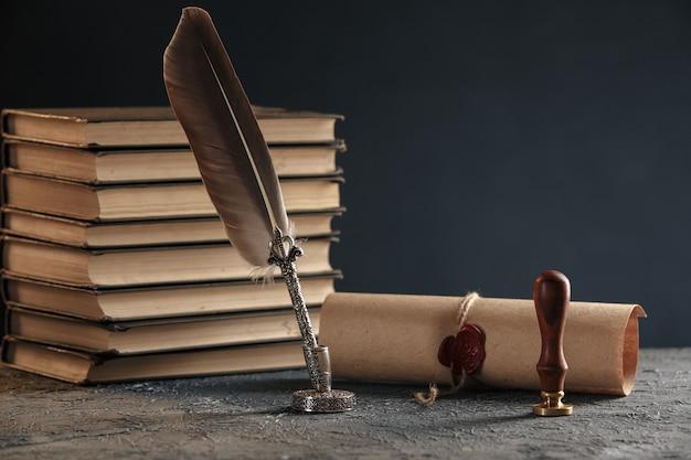 Conceito de advogado e notário. carimbe com papel e caneta sobre a mesa.