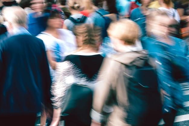 Conceito de agitação da cidade com pessoas desfocadas close-up.