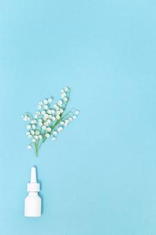 Conceito de alergia sazonal de primavera e verão à floração o spray nasal branco espirra flores perfumadas